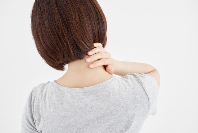 首を抑える女性の画像